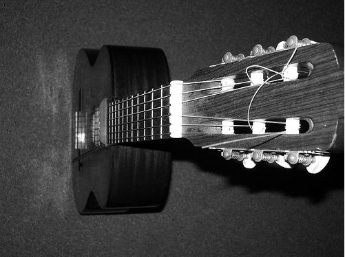 gros plan sur la manche et la mécanique des cordes (guitare classique)