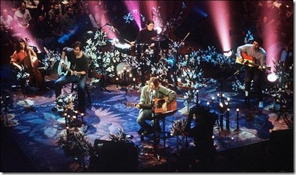 Les concerts unplugged marque le grand retour de la guitare folk. Sur la photo : Nirvana MTV Unplugged (1993) - Photo MTV