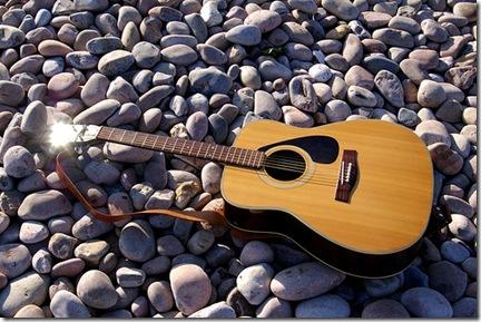 La guitare folk est l'instrument privilégié lorsque l'on veut s'accompagner à la voix - Photo de SBishop